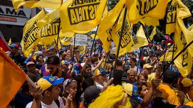 Demonstranten mit gelben Flaggen in Caracas.