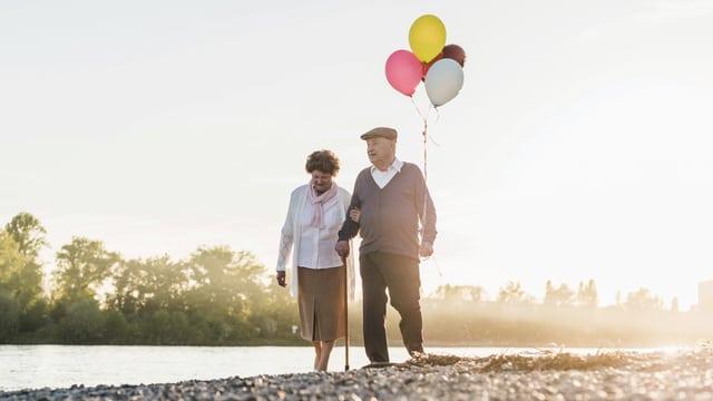 Altes Paar mit Luftballons.