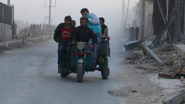 Menschen auf einem Motorroller