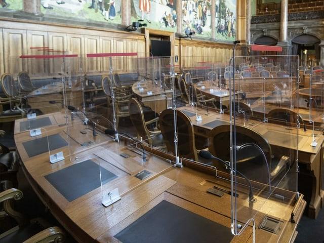 Plexiglasscheiben trennen Sitze im Ständerat