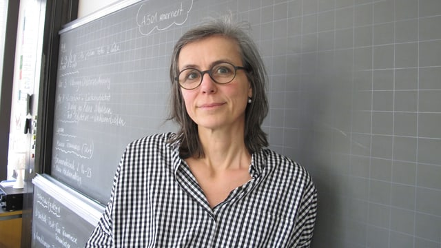 Lehrerin Esther Döpper steht vor der Wandtafel.