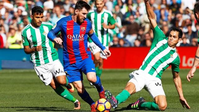 Lionel Messi wird von zwei Gegenspielern bedrängt.