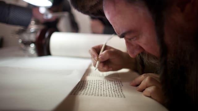 Ein Mann studiert die Thora.