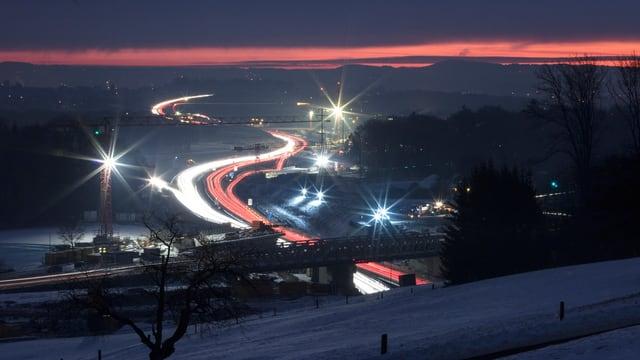 Ein Bild der Schweizer Autonahn A1 nähe von Regensdorf im Winter.