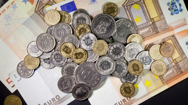 Il franc svizzer vegn puspè in zic pli flaivel envers l'euro.