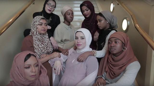Eine Gruppe von Frauen mit Kopftuch auf Treppe.