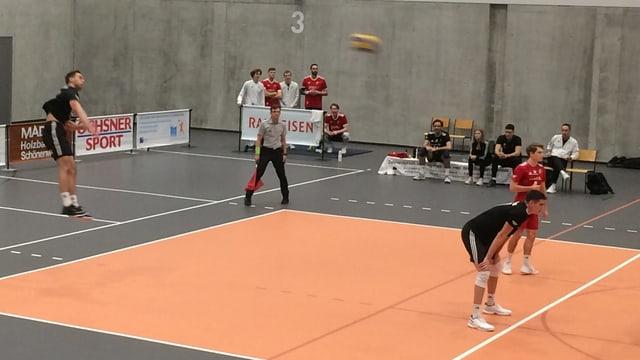 Ein Volleyballer schlägt auf.