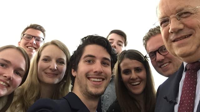 Gruppe von Studenten mit Wirtschaftsminister.