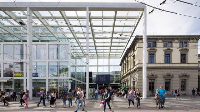 Der Bahnhof in Winterthur, Leute laufen aus dem Gebäude heraus auf die Kamera zu.