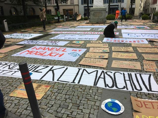 Plakate liegen am Boden
