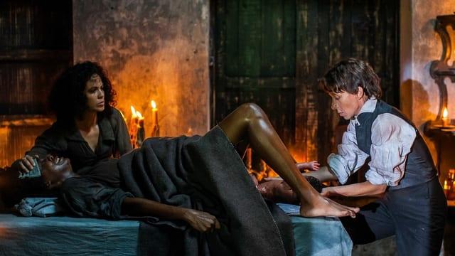 Juana (Yeni Soria, links) assistiert Dr. Faber (Sylvie Testud) bei einer Geburt.