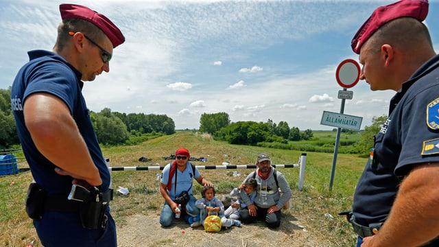 Grenzwächter mit Migranten