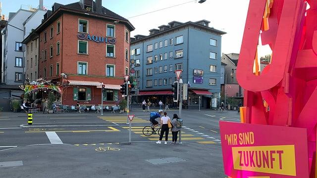 Blick auf die Langstrasse. Mit im Bild ein Schild mit der Aufschrift: «Wir sind Zukunft.»