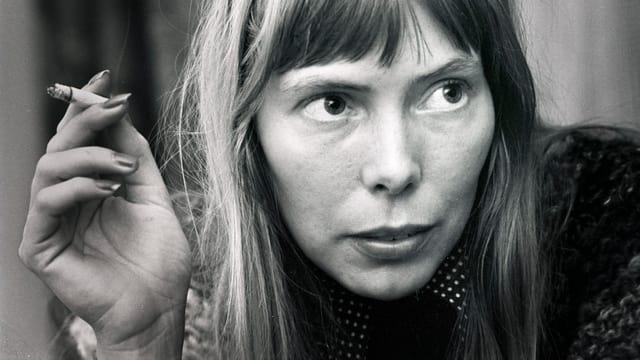 Ein Schwarz weiss Porträt einer rauchenden Frau.