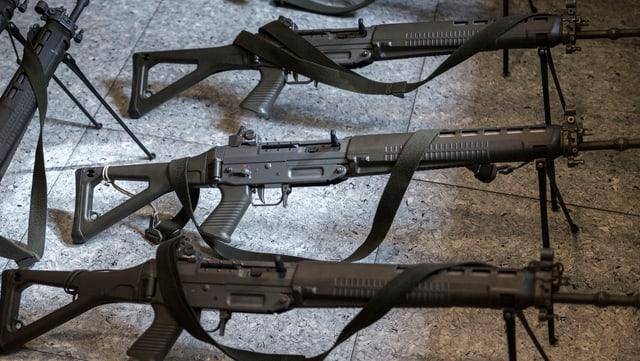 Waffen auf dem Boden.