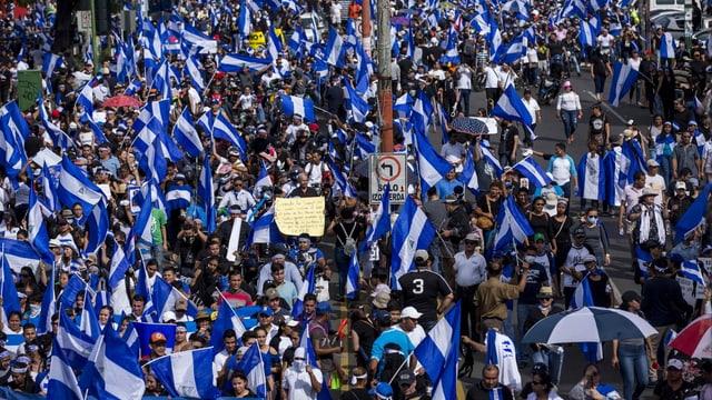 Viele Menschen mit Fahnen in Nicaragua