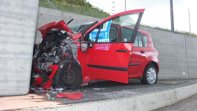 Das rote, stark beschädigte Auto.