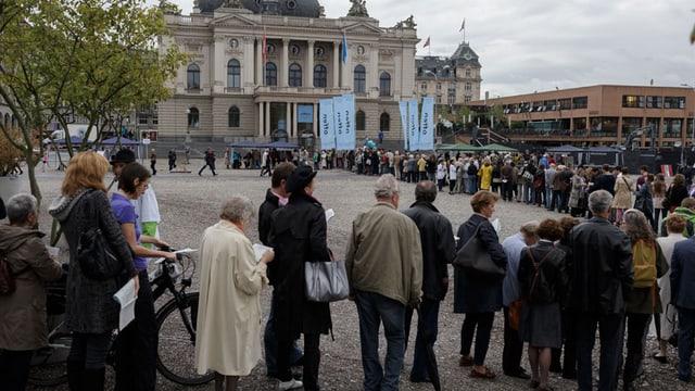 Eine Menschenschlange vor dem Opernhaus Zürich.