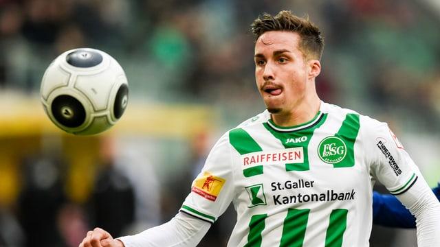 Mickaël Facchinetti rennt im St.-Gallen-Dress dem Ball nach.