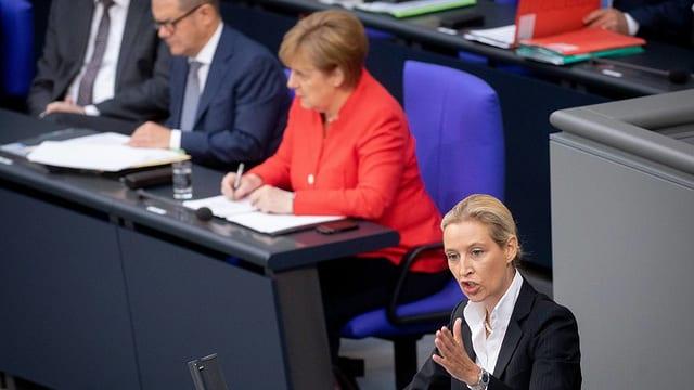 en il Bundestga, Alice Weidel (AfD) pleda, Angela Merkel taidla