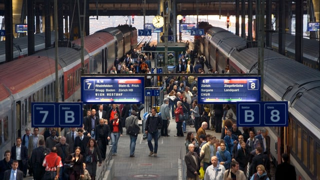 Pendler im Bahnhof