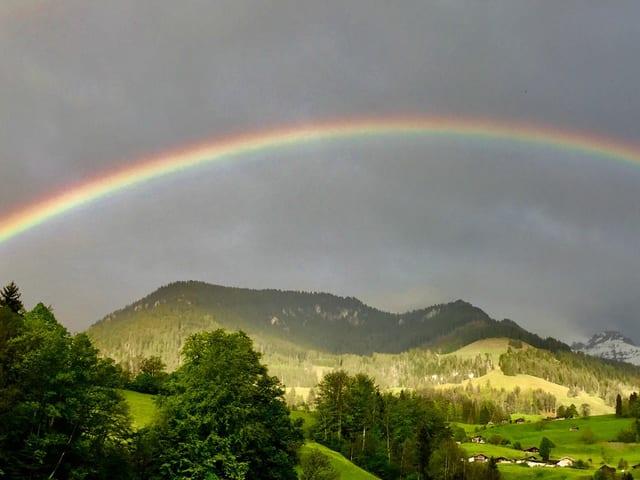Ein Regenbogen überspannt das ganze Kandertal.