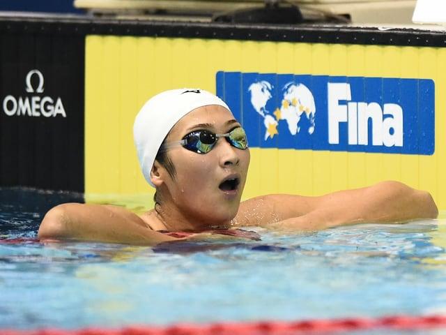 Rikako Ikee staunt im Wasser.