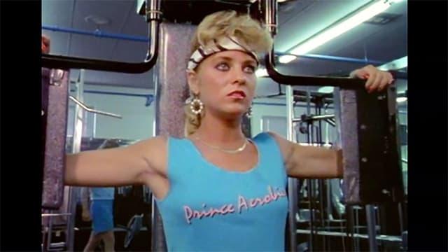 Eine blonde Frau trainiert im Fitnesscenter.
