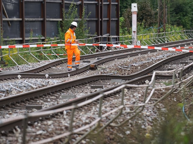 Mehrere nach unten abgesunkene Gleise.