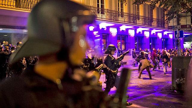 Polizisten im Einsatz gegen Demonstranten.