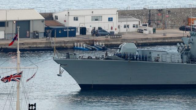 Britisches Marine-Schiff fährt in Hafen der Halbinsel Gibraltar ein