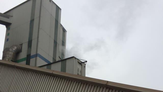 Feiner Rauch steigt aus dem Silo auf.