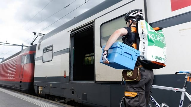 Luzerner Velokurier bringt Sendung auf den Zug