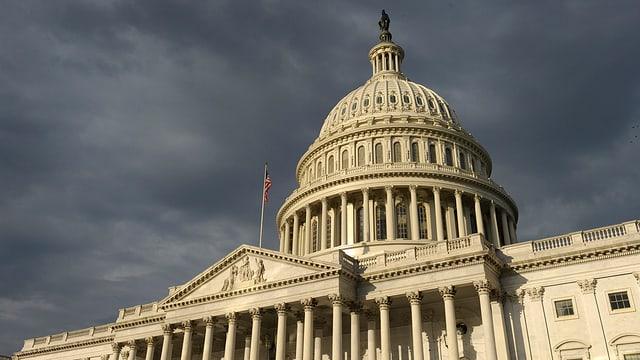 Über dem US-Kongress hängen schwarze Wolken.