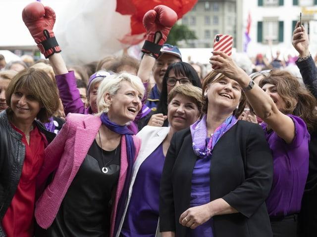 Politikerinnen vor dem Bundeshaus an der Demonstration.
