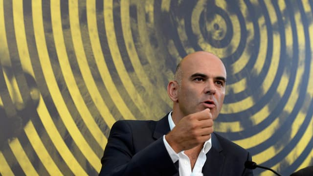 Alain Berset spricht in ein Mikrofon. Im Hintergrund ein grosses, gelbes Plakat des Filmefestivals Locarno
