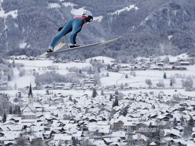 Simon Ammann über den Dächern von Oberstdorf.