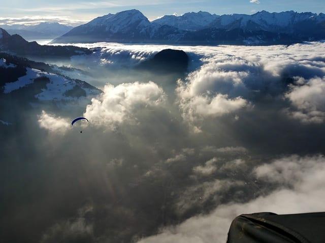 Blick von Berg ins Tal, teilweise mit Hochnebel.