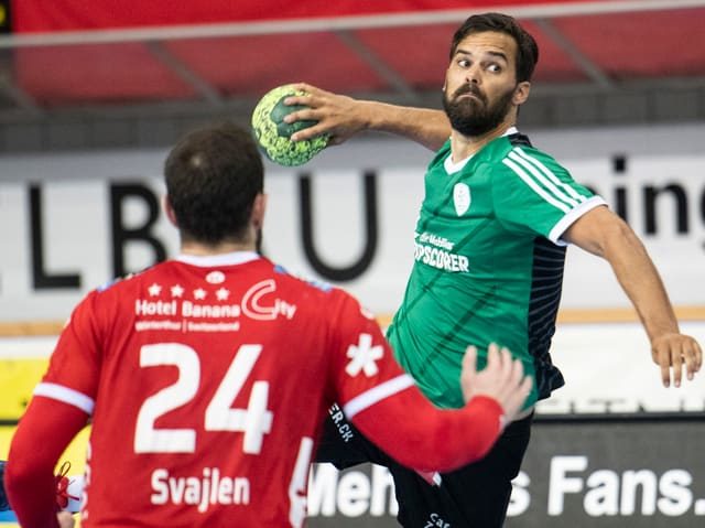Handballer wirft den Ball Richtung Tor.