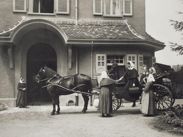 Pferd mit Kutsche hält vor dem Eingang des Diaconis-Hauses in Bern