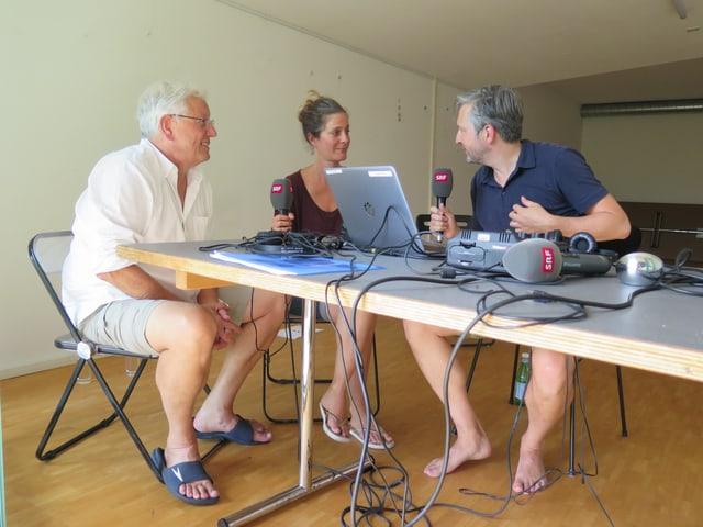 Mark Ita und Sonja Riesen aus der Siedlung Aumatt sitzen mit Michael Sahli von SRF am Tisch.