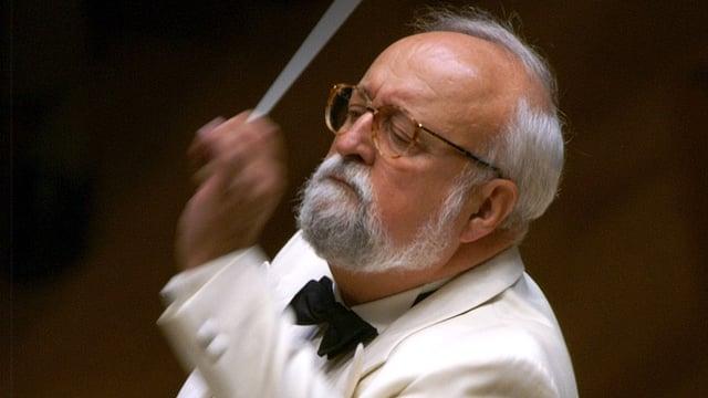 Nahaufnahme von Penderecki, während er dirigiert.