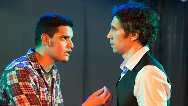 Zwei junge Schauspieler der Volksbühne im intensiven Bühnen-Dialog während der Probe zu Romeo und Julia