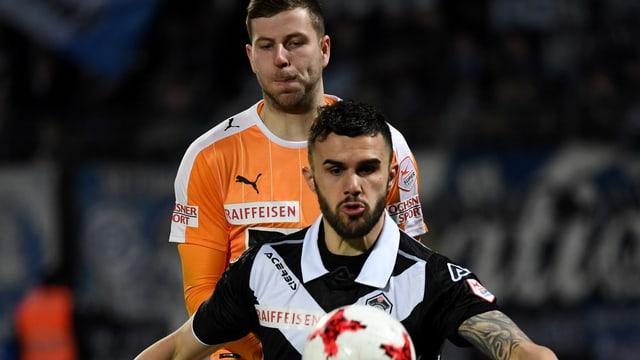 Armando Sadiku schirmt den Ball vor Mergim Brahimi ab.