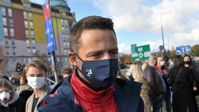 Ein Mann mit Schutzmaske