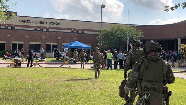 polizists armads e purtantinas avant la scola a Texas nua ch'i ha dà la sajettada.