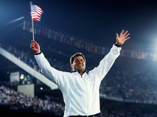 Randy Barnes freut sich über Olympiagold 1996 in Atlanta.