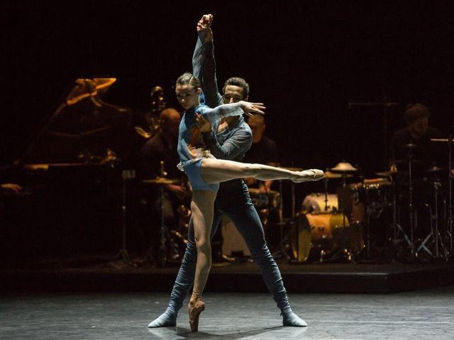 Ein Tänzer und eine Tänzerin auf der Bühne.
