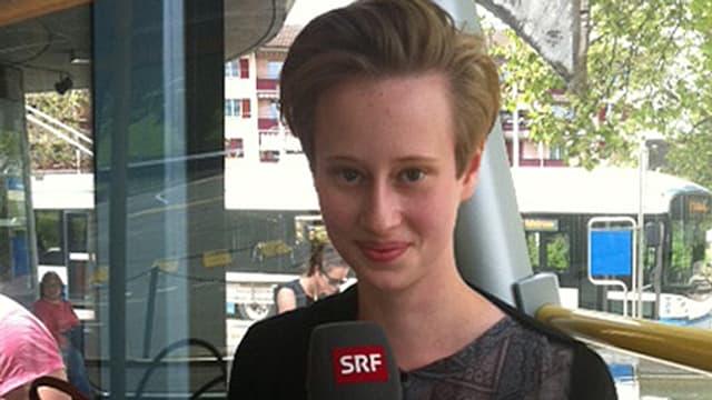 Portrait einer 18-jährigen jungen Frau mit kurzen bloden Haaren