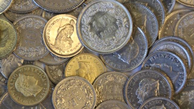 Verschiedene Münzen liegen aufeinander
